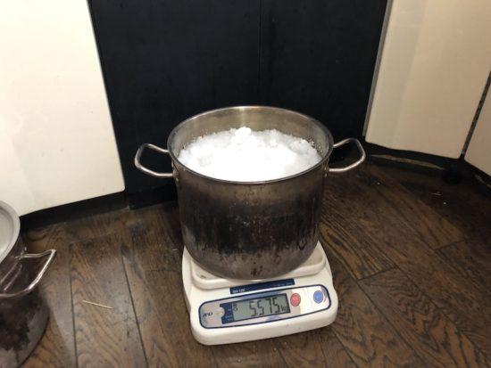 白い粉を鍋に入れる